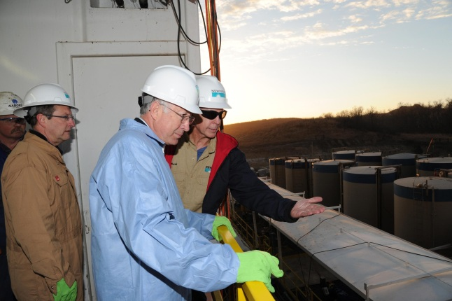 Secretary Salazar discusses oil production with a BLM employee.