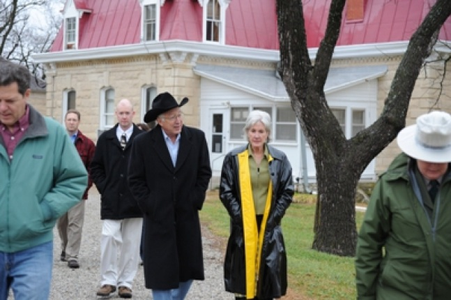 Secretary of the Interior Ken Salazar and Secretary of Health and Human Services Kathleen Sebelius walk.