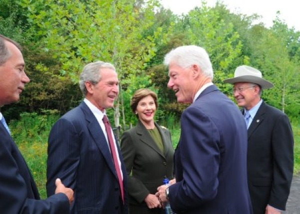 Former President and Mrs Bush, with Former President Clinton and Secretary Salazar