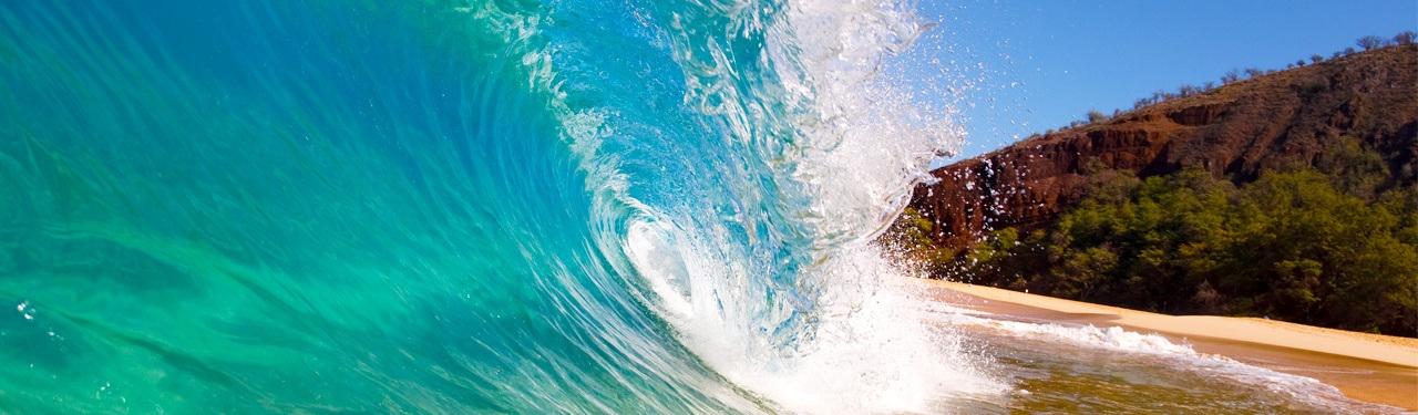 wave crashing on the beach